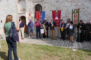 L'arrivo_di_pellegrini_e_istituzioni_alla_Chiesa_della_Vittorina_a_Gubbio