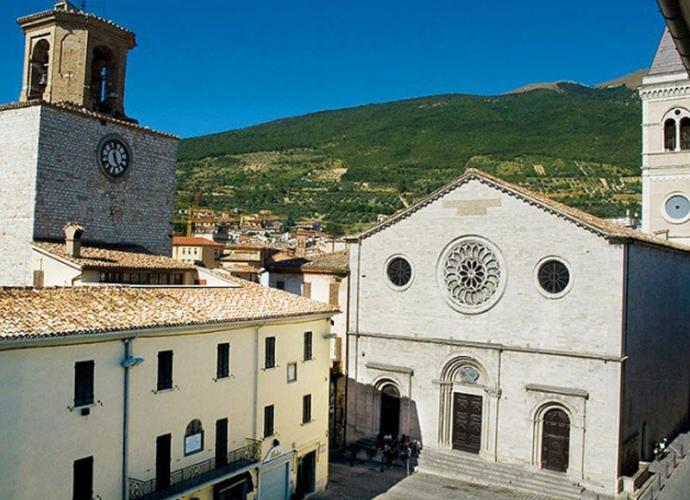 Piazza-Martiri-della-Libertà-Gualdo-Tadino-Foto-presa-da-Wikipedia-copertina
