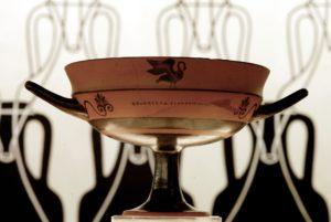 """Museo del Vino - Fondazione Lungarotti - Torgiano (Pg) Sala I: """"Le origini della viticoltura, l'uso e il commercio del vino in area mediterranea"""" Phrinos, KYLIX ceramica a figure nere con ritocchi Vulci, metà VI sec. a.C. (inv.87)"""