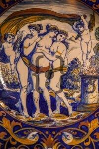 Alfredo Santarelli, 1925-30. Piatto da pompa con Le Tre Grazie. Lustro oro e rubinio. Museo Civico Rocca Flea, sezione ceramica. Chiara Fortunati