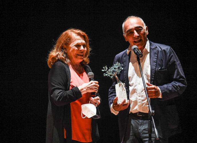 Il-premio-all'Eccellenza-Valeria-Fabrizi-insieme-ad-Alessandro-Boschi-cop