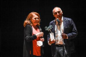 Il-premio-all'Eccellenza-Valeria-Fabrizi-insieme-ad-Alessandro-Boschi-in